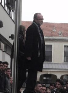 Koulun johtaja piti lyhyen puheen ennen tuota hiljaista hetkeä.