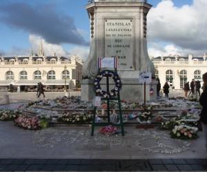 Iskujen uhreja muistetaan Stanislas-aukiolla.